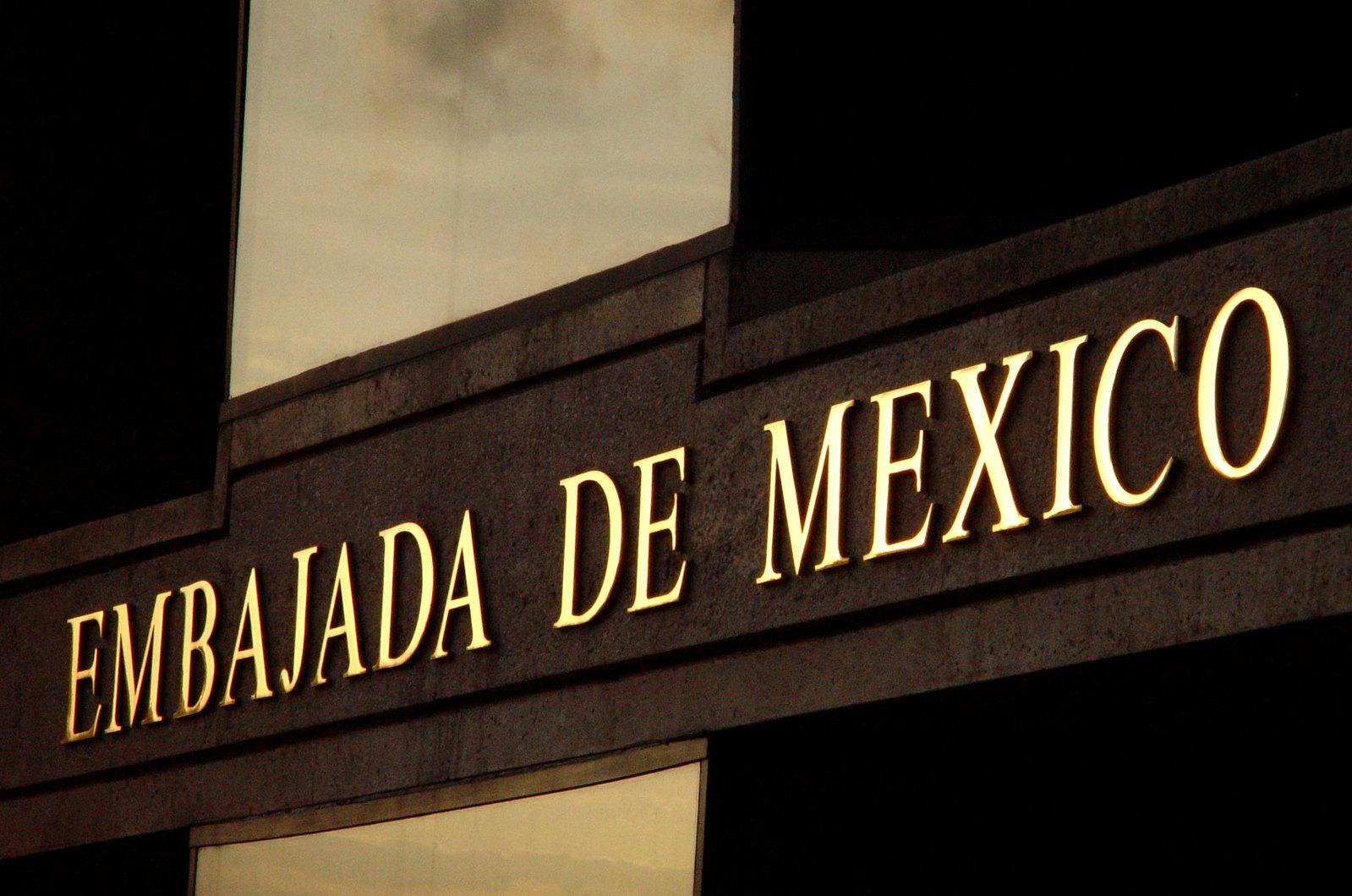 embajada de mexico sign